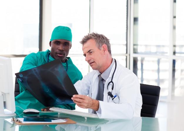 Zwei ärzte sprechen über zwei röntgenaufnahmen