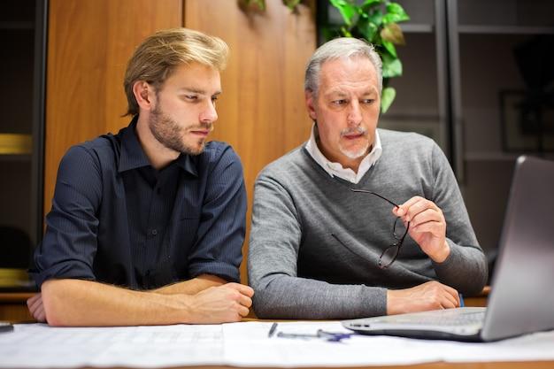Zwei angestellte bei der arbeit in einem büro