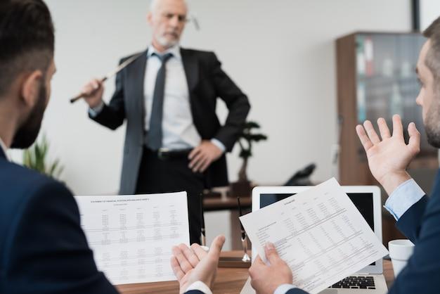 Zwei angestellte kamen in das büro des direktors.