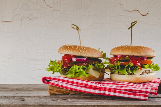 Zwei appetitliche cheeseburger