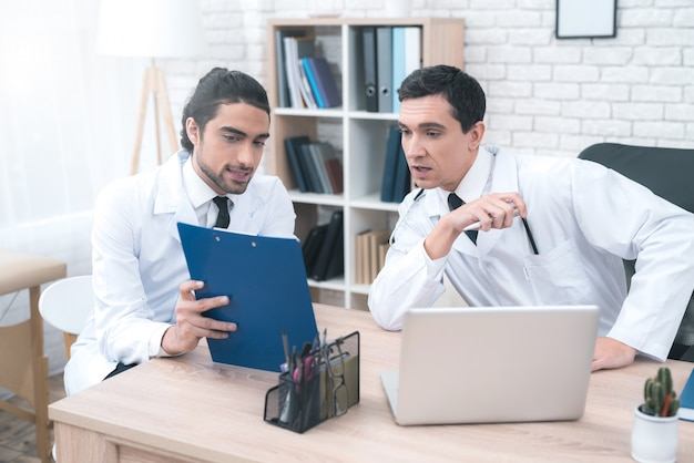 Zwei arabische doktoren, die diagnosen-diskussion haben.