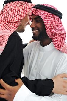 Zwei arabische männer, die warme sitzung haben