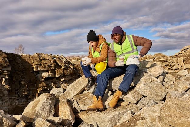 Zwei arbeiter, die kaffee in alaska trinken