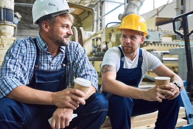 Zwei arbeiter in der kaffeepause