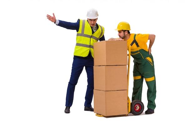 Zwei arbeitskräfte lokalisiert auf der weißen wand