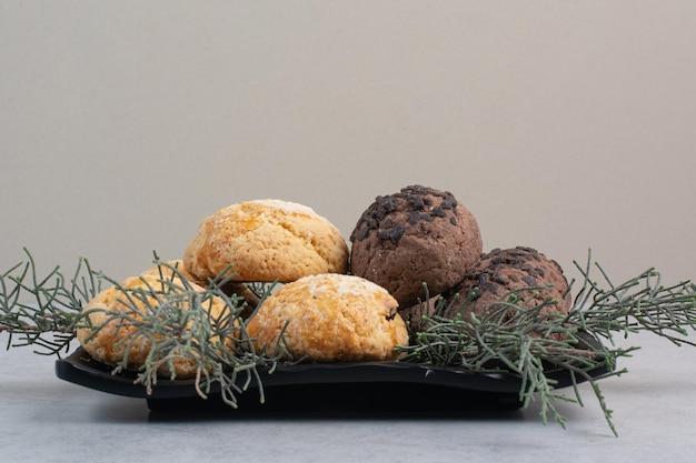 Zwei arten von chip-cookies auf schwarzem teller. foto in hoher qualität