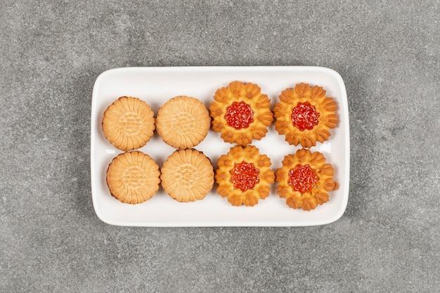 Zwei arten von keksen auf weißem teller