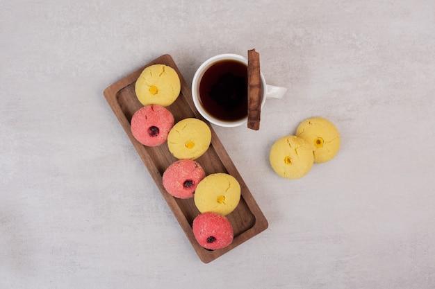 Zwei arten von keksen und tasse tee auf weiß.