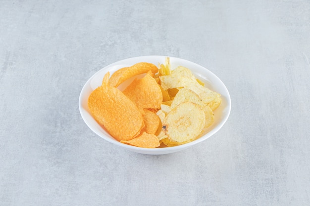 Zwei arten von köstlichen knusprigen chips auf stein.