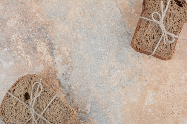 Zwei arten von roggenbrotstapeln auf marmorhintergrund