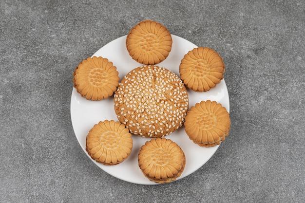 Zwei arten von runden keksen auf weißem teller