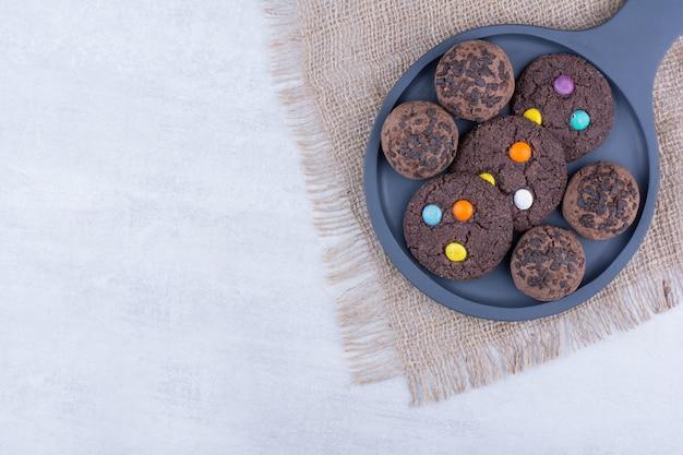 Zwei arten von schokoladenplätzchen auf dunklem brett.