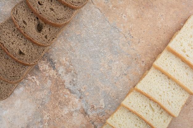 Zwei arten von toastbrot auf marmorhintergrund
