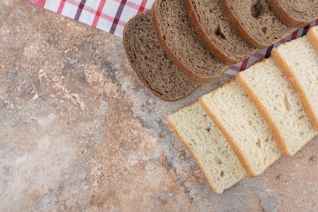 Zwei arten von toastbrot auf tischdecke