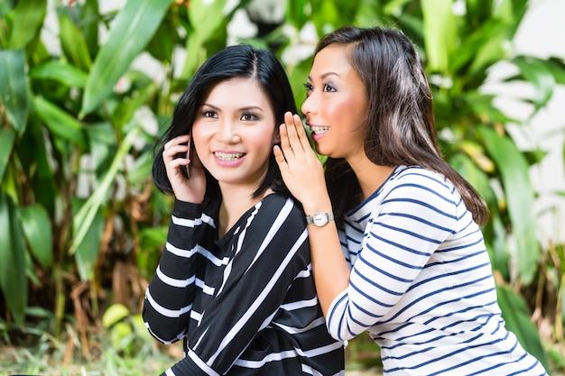 Zwei asiatische freundinnen