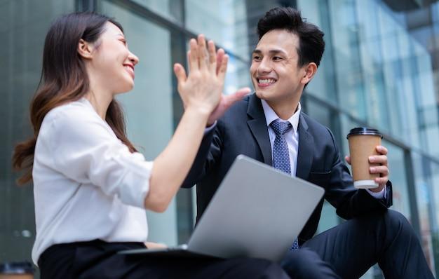 Zwei asiatische geschäftsleute diskutieren während der pause über die arbeit