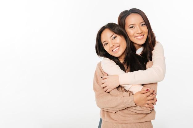 Zwei asiatische hübsche nette damenschwestern
