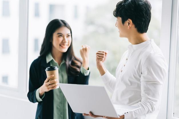 Zwei asiatische kollegen freuten sich über den sieg der gruppe