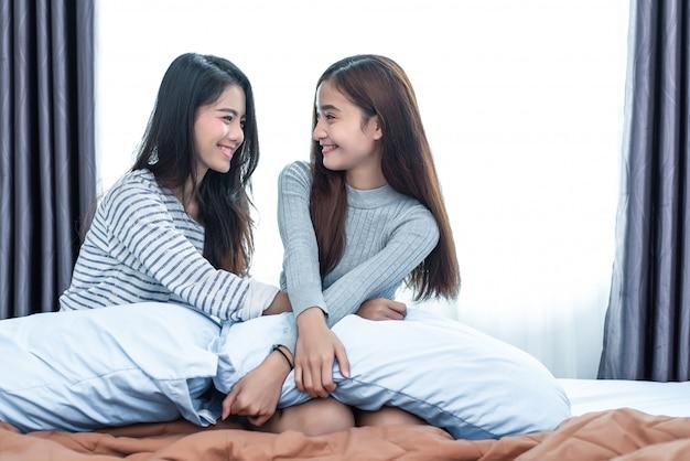 Zwei asiatische lesbische frauen im schlafzimmer. paar menschen und beauty-konzept