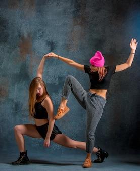 Zwei attraktive mädchen tanzen twerk in