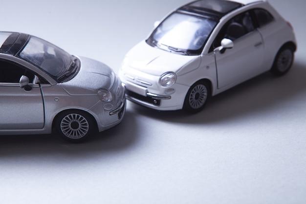Zwei autos kollidierten, versicherung. auf dem tisch