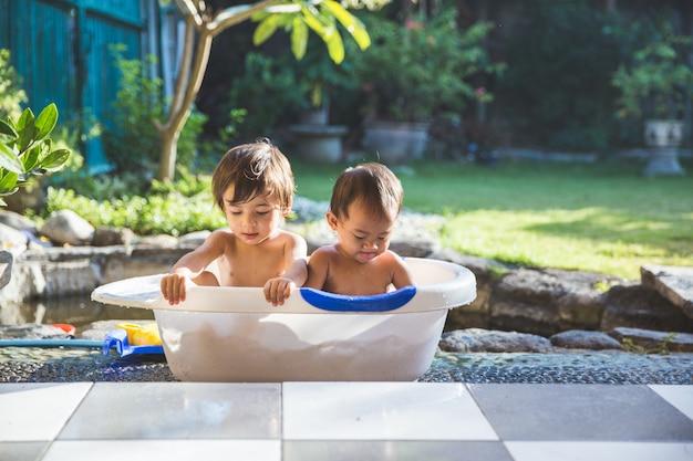 Zwei babys, die zusammen ein bad nehmen