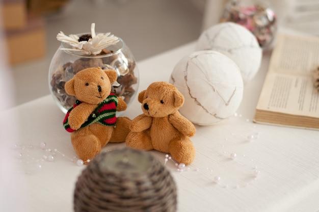 Zwei bärenjungen sitzen auf dem hintergrund einer festlichen dekoration