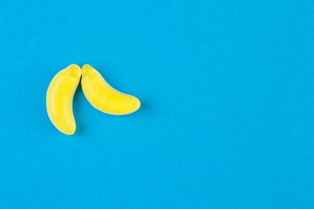 Zwei bananensüßigkeiten auf blauem hintergrund