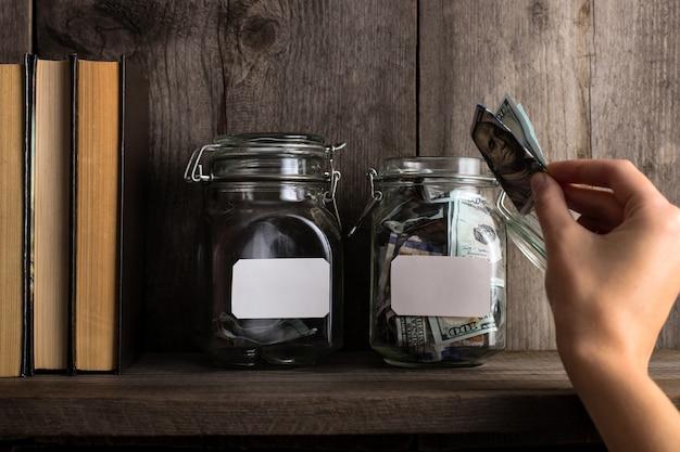 Zwei banken eines sparschweins, mit unterschiedlichem geldbetrag