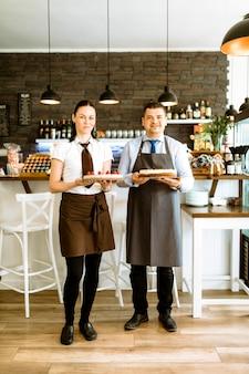 Zwei barkeeper mit kuchen