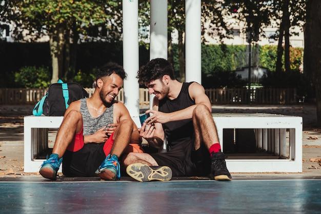 Zwei basketballspieler im freien