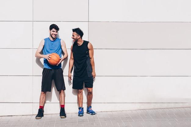Zwei basketballspieler vor einer wand