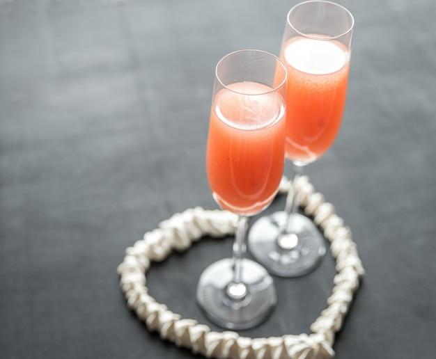Zwei bellini-cocktails im baiserherz