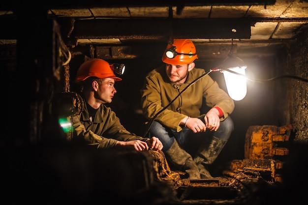 Zwei bergleute in der mine