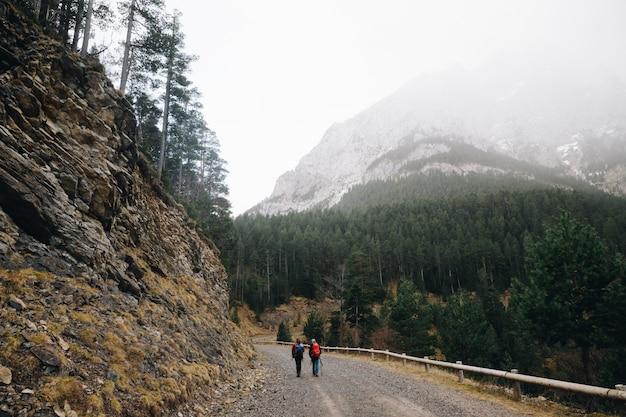 Zwei bergsteiger in den pyrenäen, die in der spitze der berge wandern