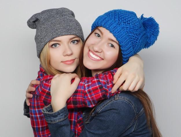 Zwei beste freunde der stilvollen sexy hippie-mädchen
