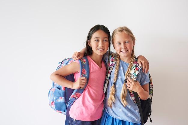 Zwei beste freunde mit rucksäcken