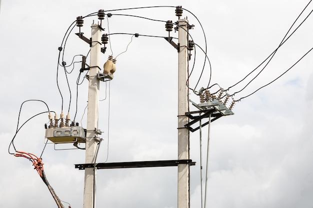 Zwei betonstrommasten mit elektrischen kabeln verbunden