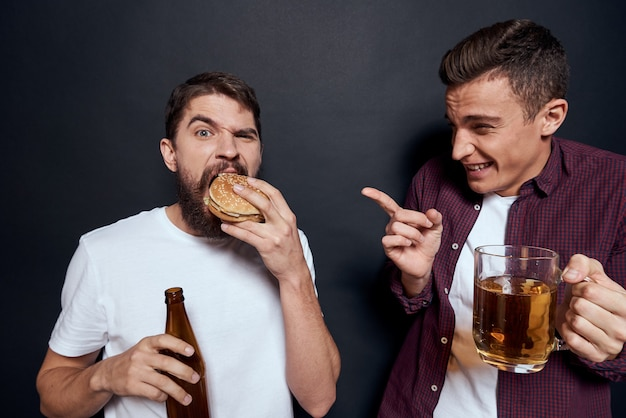 Zwei betrunkene freunde, die bier trinken