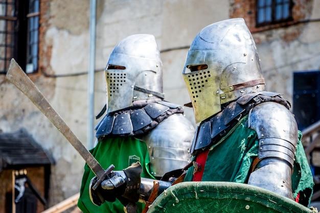 Zwei bewaffnete ritter vor dem kampf beim mittelalterlichen fest