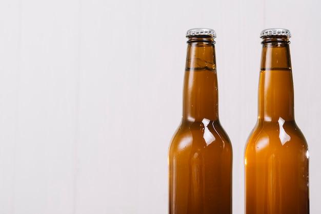 Zwei bierflaschen auf weißem hintergrund