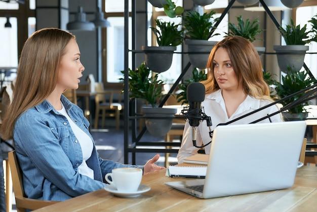 Zwei bloggerinnen kommunizieren über verschiedene themen