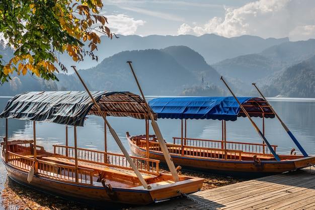 Zwei boote auf dem bergsee