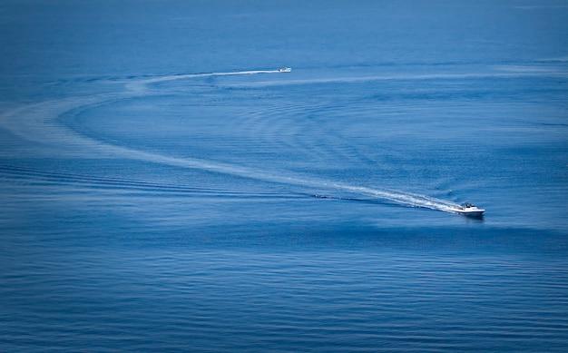 Zwei boote mitten im meer