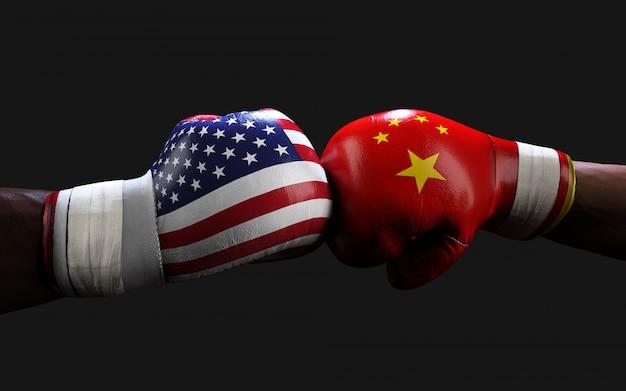 Zwei boxer kämpfen mit schlägen gegen us- und china-flaggen