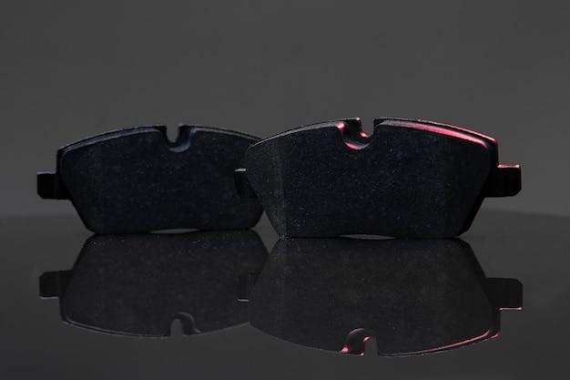 Zwei bremsbeläge auf dunklem hintergrund