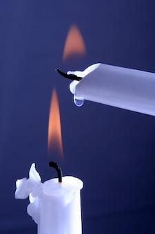 Zwei brennende weiße kerzen