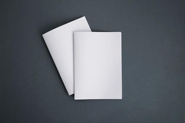 Zwei broschüren