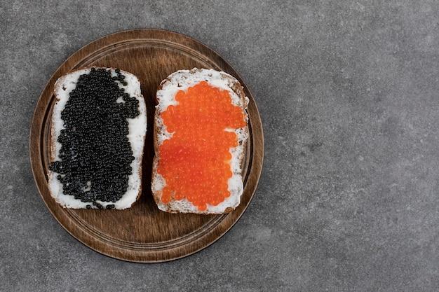 Zwei brotscheiben mit frischem kaviar. ansicht von oben