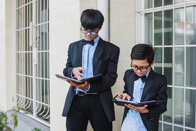 Zwei brüder mit vintage-büroblick tragen brille schwarzes band